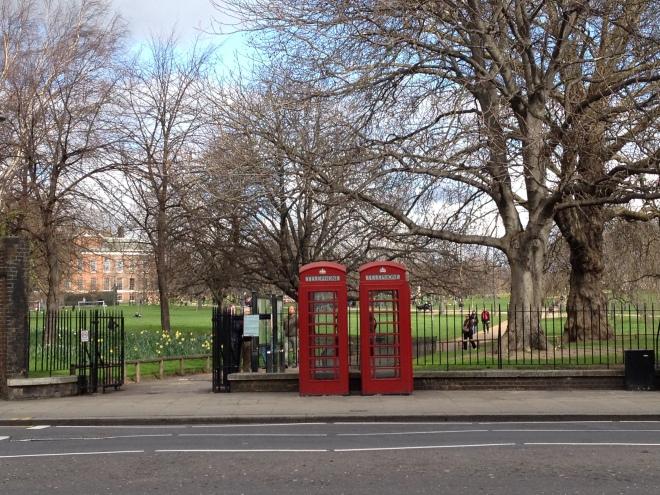 L'entrata dei Kensington Gardens su Kensington High Street (con due cabine rosse molto tipiche)
