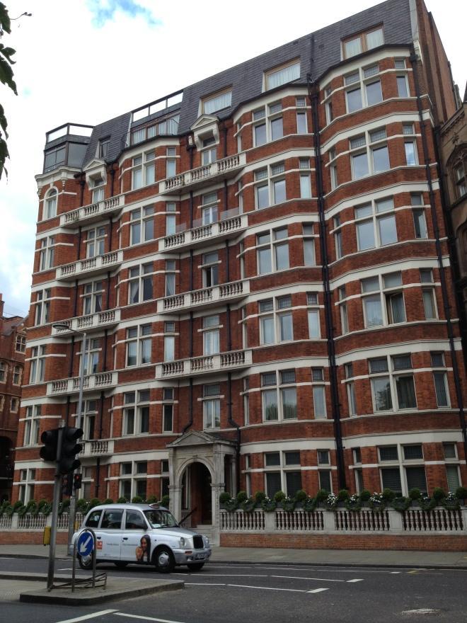 Il palazzo in cui abita Kat Moore (a Kensington High Street)